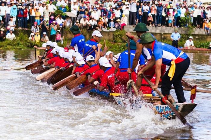 Lễ hội đua thuyềnở Lệ Thủy tổ chức vào 2/9 hằng năm