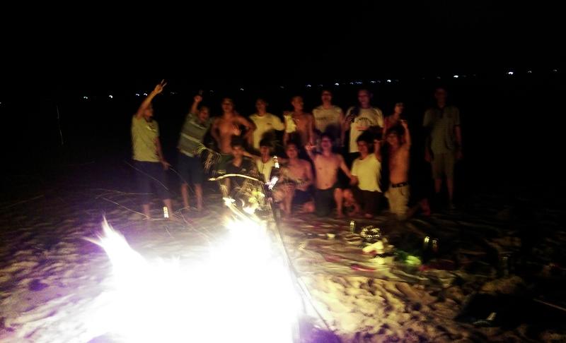 Đoàn cùng nhau vui chơi tại bãi biển buổi đêm