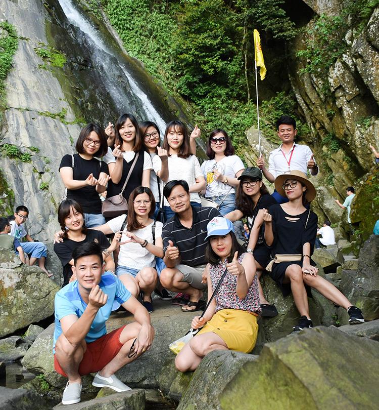 Gia đình Chị Hương chụp ảnh lưu niệm tại Thác Bạc