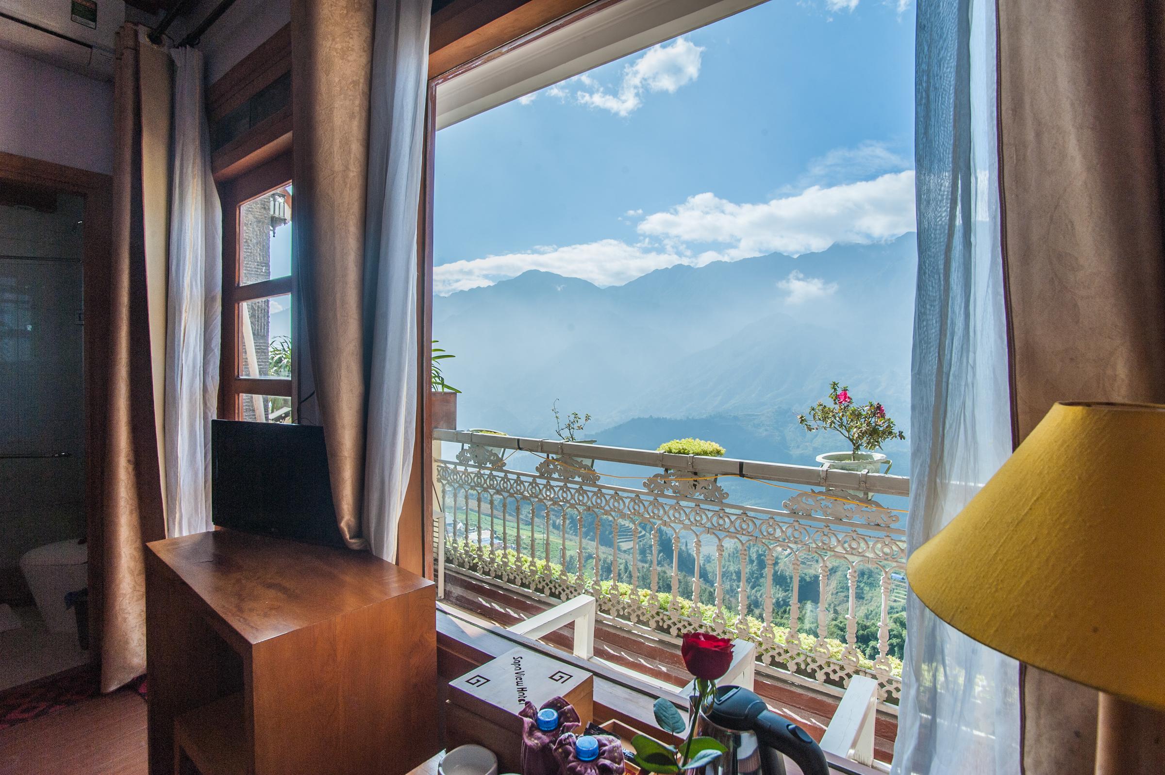 Từ ban công của Sapa View du khách có thể chiêm ngưỡng khung cảnh hùng vỹ của núi rừng Sapa
