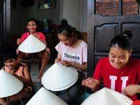 Các nghệ nhân làng nón Quý Hậu rất yêu nghề