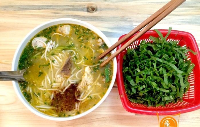 Cháo bánh canh Quảng Bình được ăn kèm với rau cải