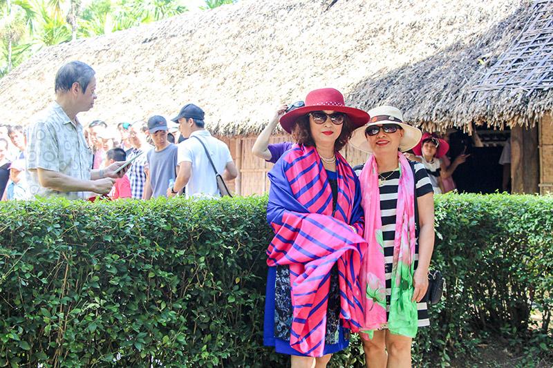 Cô Châu - Hiệu trưởng (hình trái) chụp hình kỷ niệm tại quê ngoại Bác Hồ