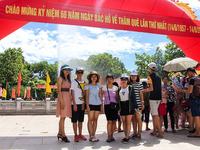 Đoàn chụp ảnh lưu niệm tại quê nội Bác Hồ