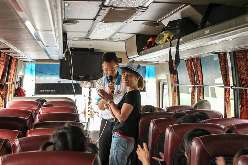 Hướng dẫn viên tổ chức các hoạt động vui chơi trên xe