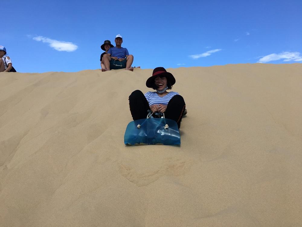 Trượt cát là trò chơi du khách không nên bỏ qua khi đến đồi cát Quang Phú