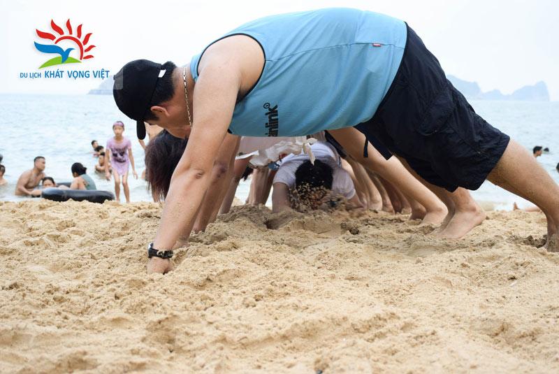 Đoàn tham gia chương trình Team building gắn kết tại bãi biển