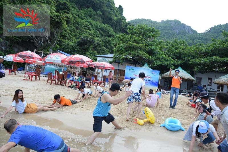 Đoàn tham dự chương trình Team building tại bãi biển
