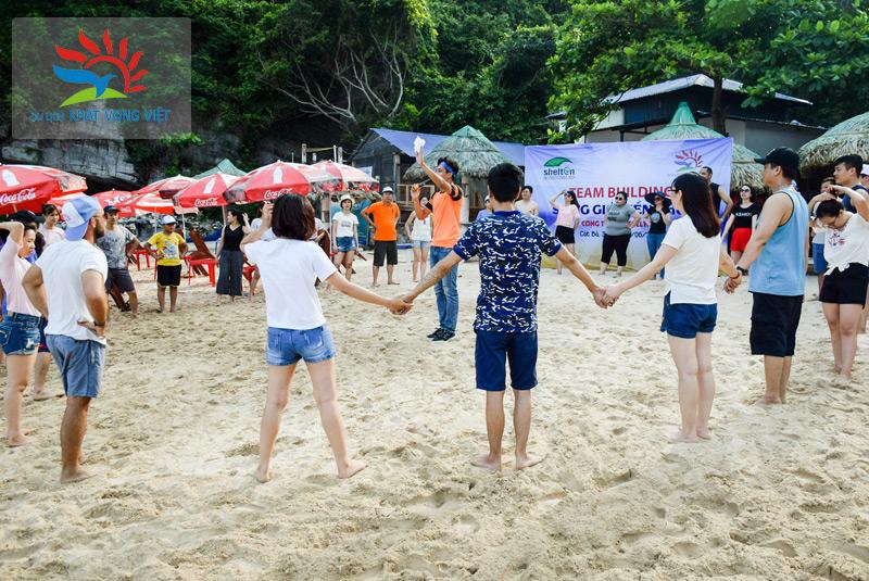 Hướng dẫn viên tổ chức trò chơi cho đoàn tại Bãi Biển Cát Cò 2