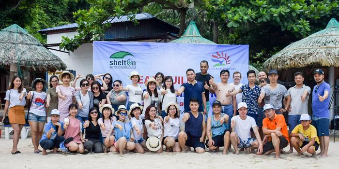 Đoàn chụp ảnh lưu niệm tại bãi biển Cát Cò