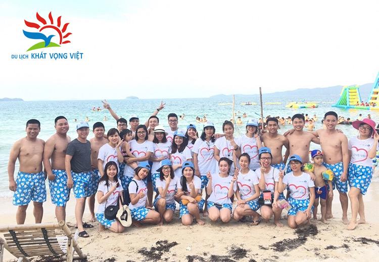 Đoàn chụp ảnh lưu niệm tại bãi biển Cô Tô
