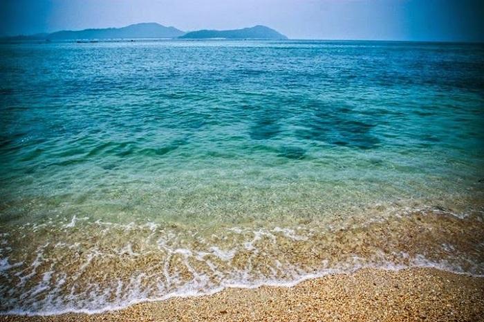 Nước biển Hồng Vàn trong xanh như màu ngọc bích
