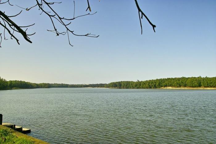 Khung cảnh lãng mạn trên mặt hồ Bàu Tró