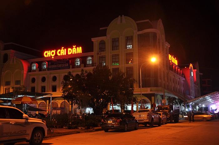 Chợ Cái Dăm là một địa điểm ăn hải sản nổi tiếng tại Hạ Long