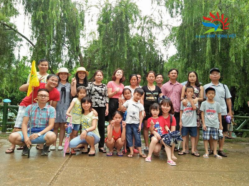 Nhóm thành viên của đoàn chụp ảnh kỷ niệm tại quê Bác