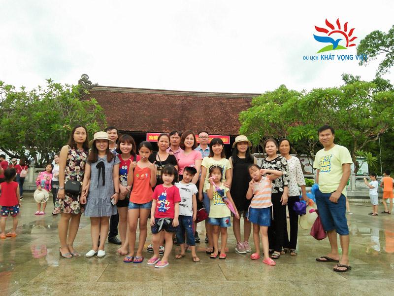Đoàn chụp ảnh lưu niệm tại nhà tưởng niệm quê nội Bác Hồ