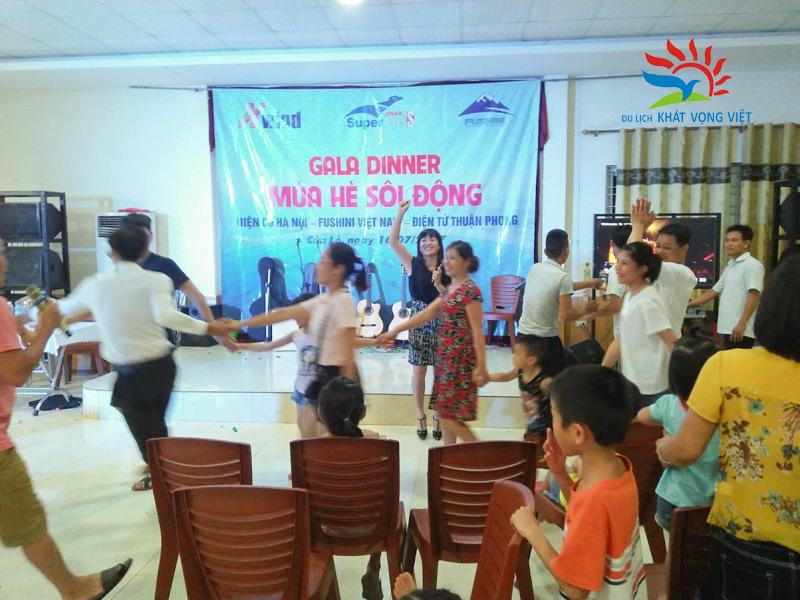 Hướng dẫn viên tổ chức gala hoạt náo cho cả đoàn, tạo không khí đoàn kết, vui vẻ cho các thành viên
