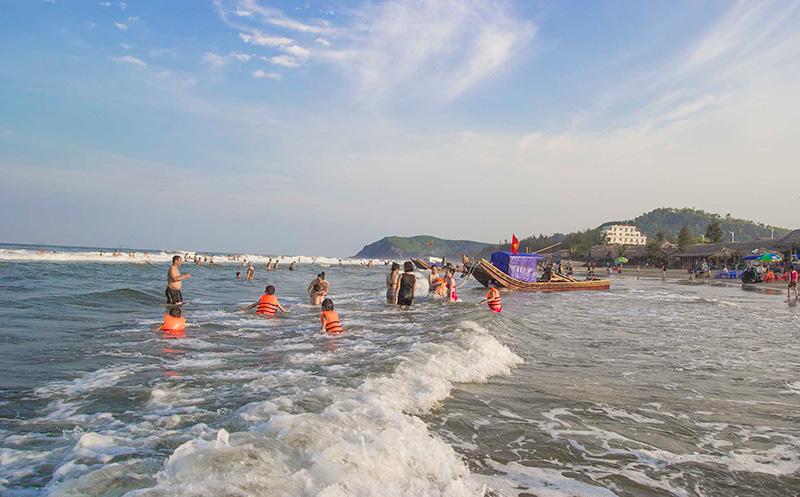 Du khách tắm tại biển Hải Hòa
