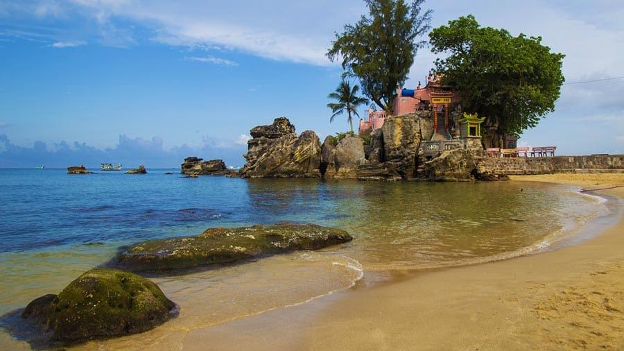 Dinh Cậu Phú Quốc - Đây được coi là chỗ dựa tinh thần của ngư dân trên trên đảo trước khi ra khơi.