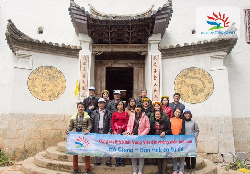 Đoàn chụp hình lưu niệm tại dinh thự Vua Mèo