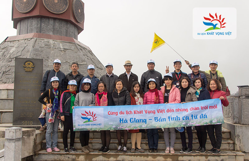 Đoàn chụp hình lưu niệm tại Cột cờ Lũng Cú - điểm đầu Tổ Quốc