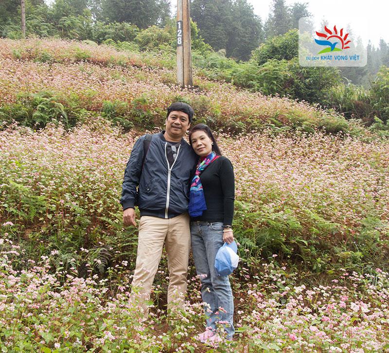 Các du khách chụp ảnh cùng hoa tam giác mạch