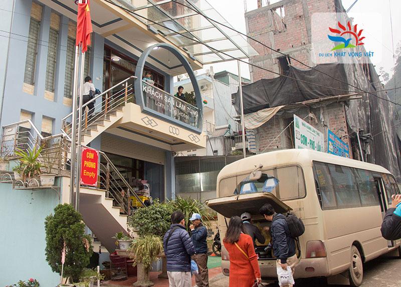 Du khách sắp xếp hành lý, lên xe tiếp tục hành trình khám phá Hà Giang