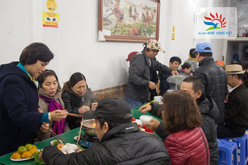 Du khách thưởng thức lẩu gà, bò tại Đồng Văn
