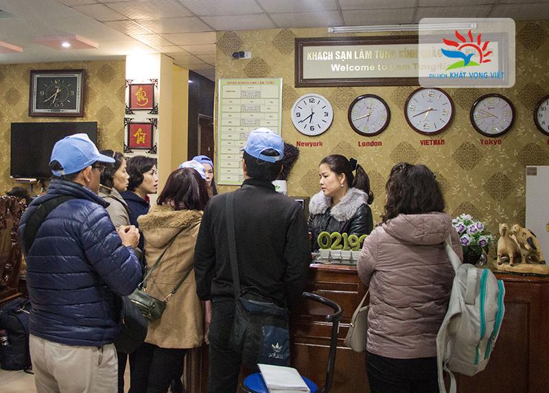 Đoàn nhận phòng tại khách sạn Lâm Tùng - Đồng Văn