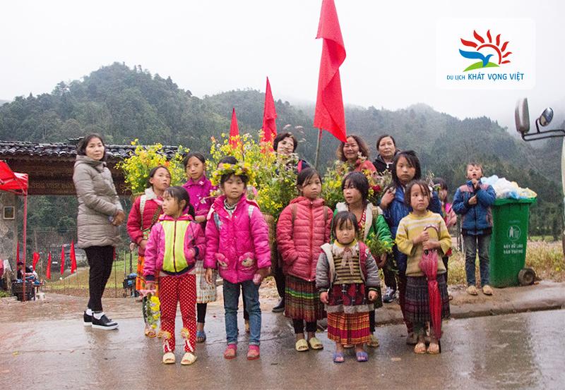 Du khách chụp ảnh cùng trẻ em H'Mong