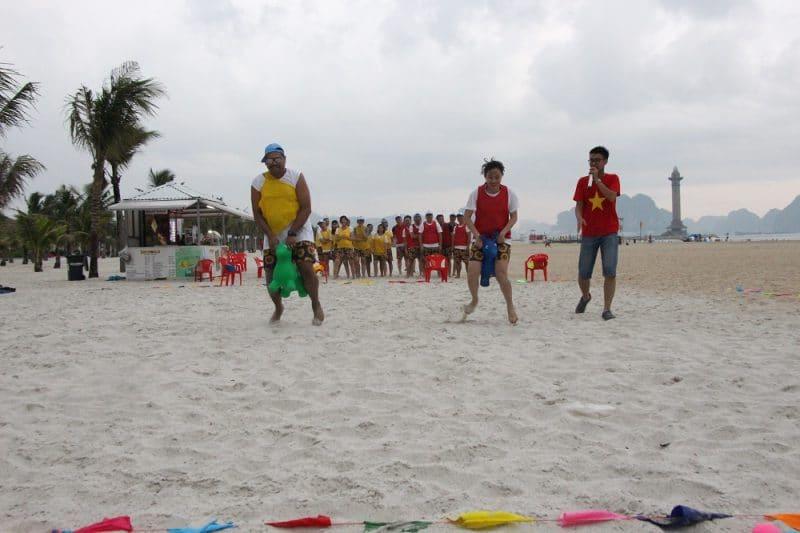 Biển Bãi Cháy rộng, sạch, đẹp là địa điểm lý tưởng để tổ chức các trò chơi