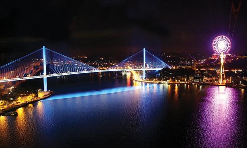 Cầu Bãi Cháy đẹp rực rỡ vào buổi đêm