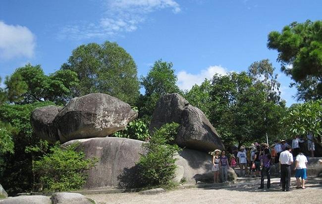 Hòn trống mái, thẳng cảnh đẹp gần biển Sầm Sơn