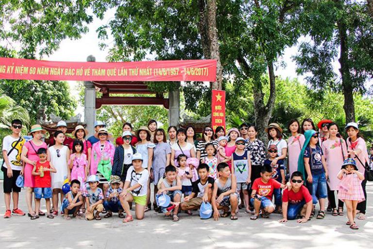 Đoàn chụp ảnh tại Quê Nội