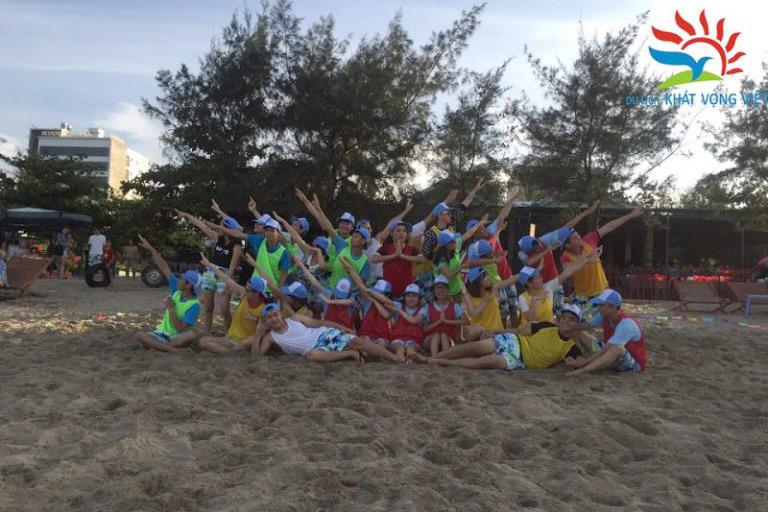 Đoàn tổ chức team building bãi biển