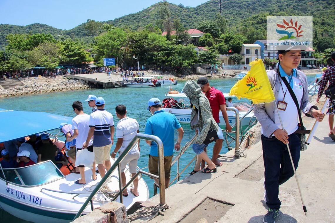 Đoàn đi Cano ra đảo Cù Lao Chàm trong tour Đà Nẵng 4 ngày