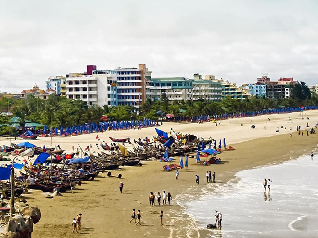 Biển Sầm Sơn thu hút hàng triệu du khách mỗi dịp hè