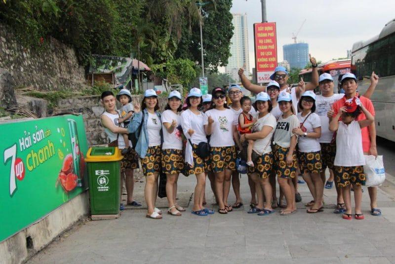 Nhóm thành viên chụp ảnh kỷ niệm trên hành trình