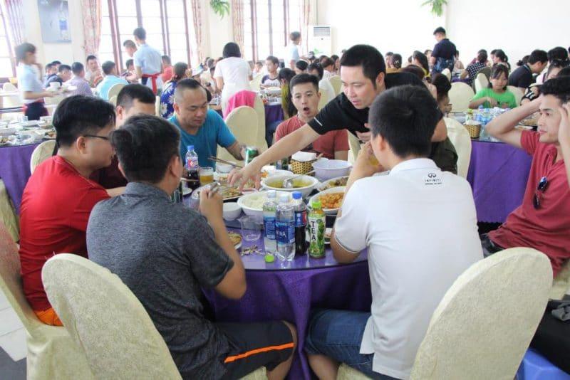 Đoàn dùng bữa trưa tại nhà hàng