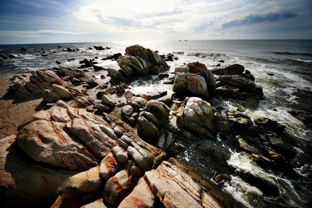 Bãi Đá Nhảy là một trong hai bãi biển đẹp nhất của tỉnh Quảng Bình