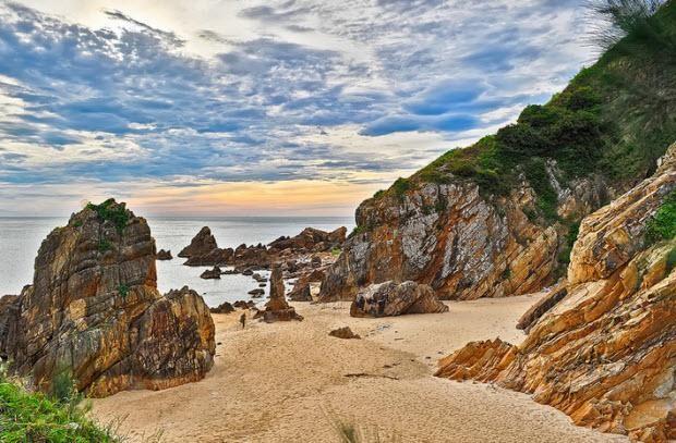Bãi Đá Nhảy là một trong hai bãi biển đẹp nhất và quyến rũ khách du lịch Quảng Bình nhất