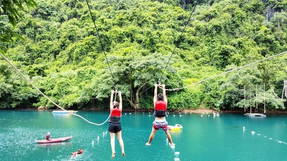 Du khách đu dây zipline trên sông Chày khi du lịch Quảng Bình