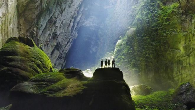 Hang Sơn Đoòng đẹp như một bức tranh nghệ thuật tô màu thu hút mọi ánh nhìn của mọi du khách đến du lịch Quảng Bình