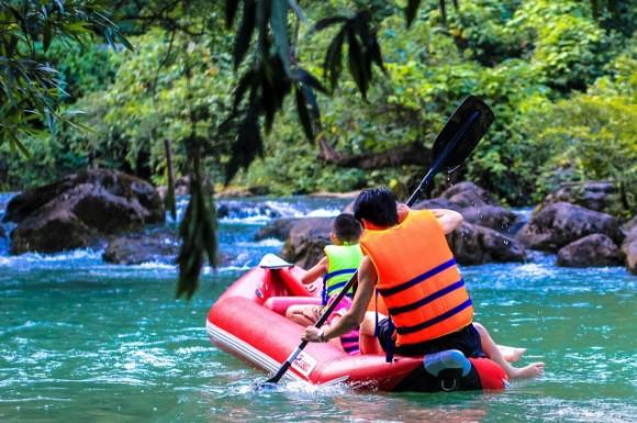 Chèo thuyền trên suối nước Moọc khi du lịch Quảng Bình