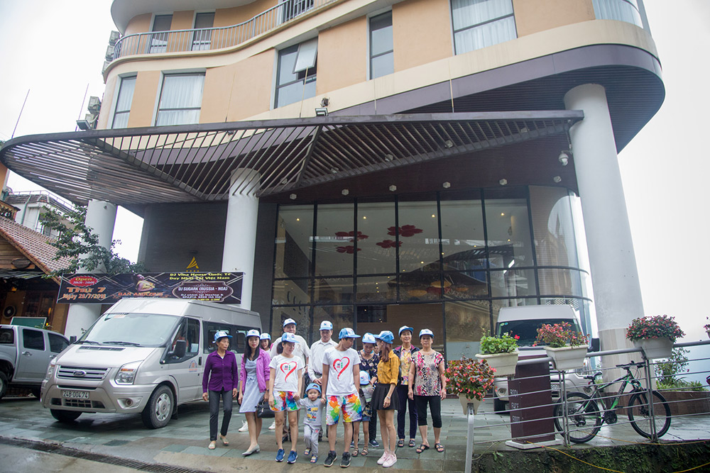 Đoàn chụp ảnh trước sân khách sạn