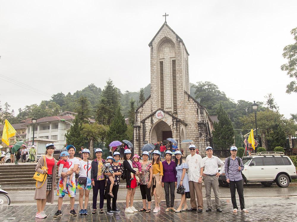 Đoàn chụp ảnh ở sapa tại nhà thờ đá