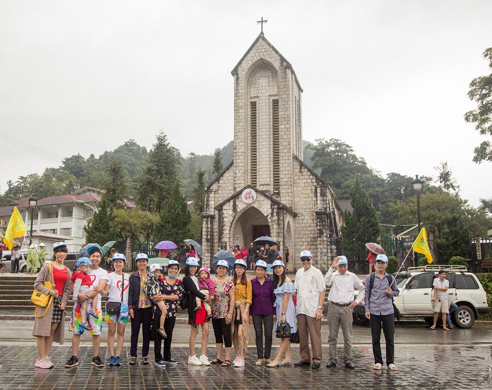 Đoàn chụp ảnh ở sapa nhà thờ đá 2