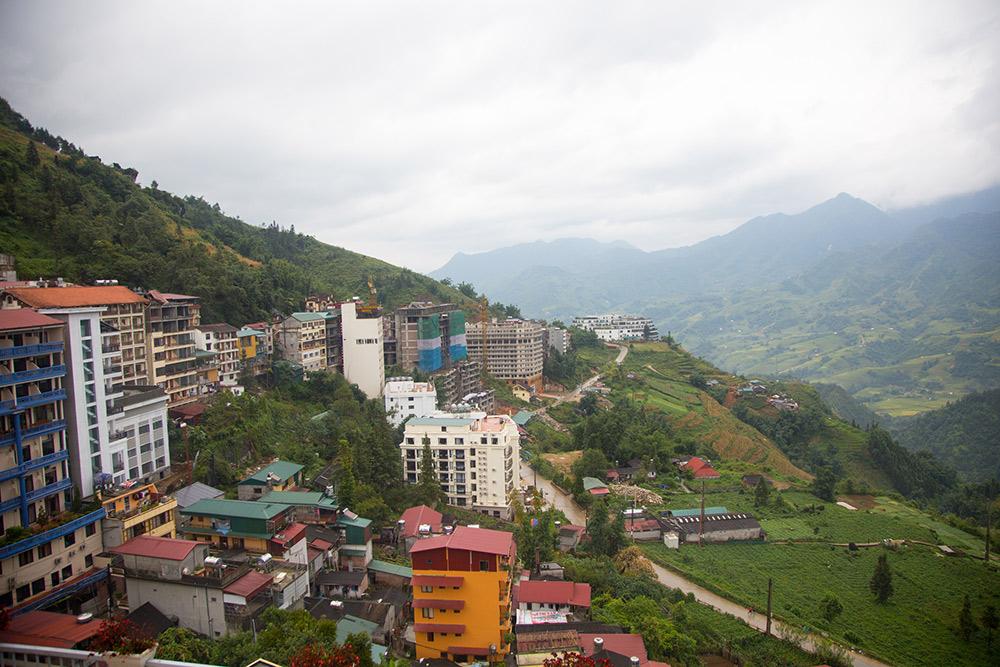 Một góc thị trấn Sapa nhìn ra phía đồi núi