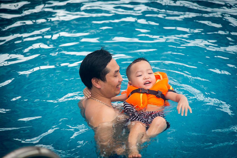 Thành viên trong đoàn tắm tại bể bơi khách sạn