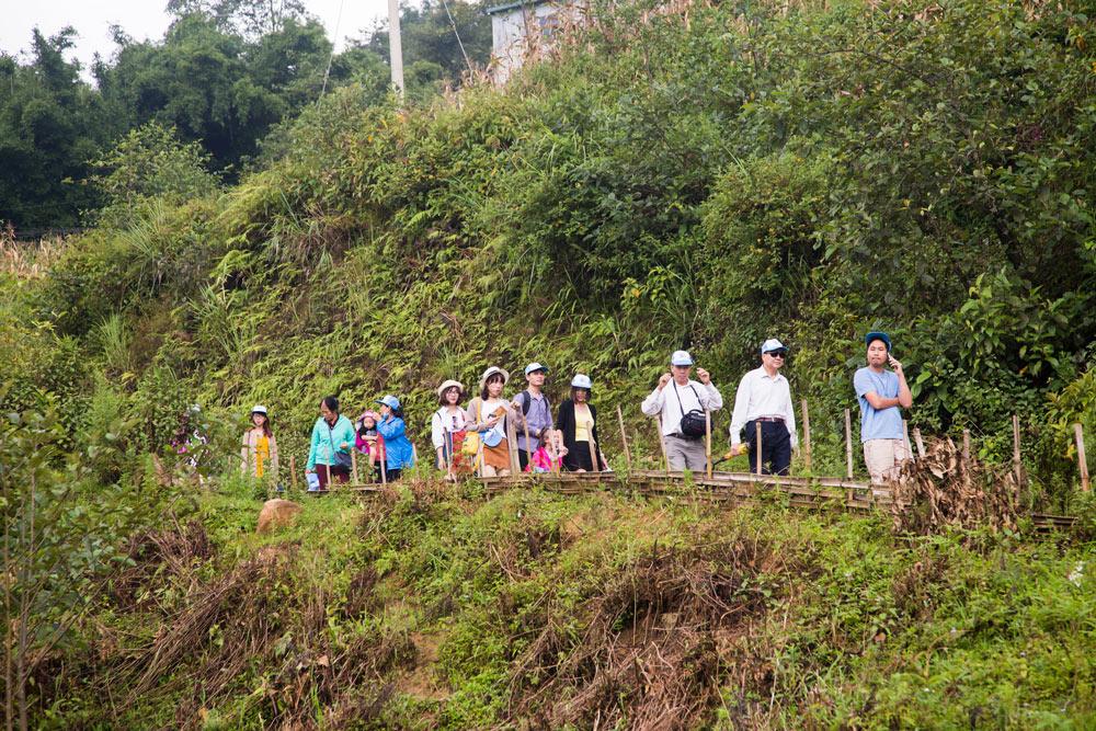 Đoàn đi thăm bản ở Sapa